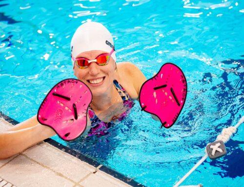 Zwem paddles – al zwemmend kracht opbouwen
