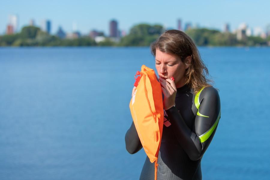 Zwemboei opblazen